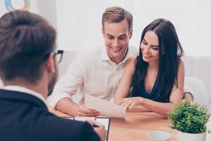 Erfolgreicher Anwalt uebergibt Konsultation an Familienpaar über Kauf Haus