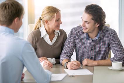 Junge lächelnde Paar über ein Haus mieten Vereinbarung, glücklich, neue Wohnung zu kaufen, Treffen im Büro mit einem vertrauenswürdigen, zuverlässigen Immobilienmakler, zuversichtlich in Kredit
