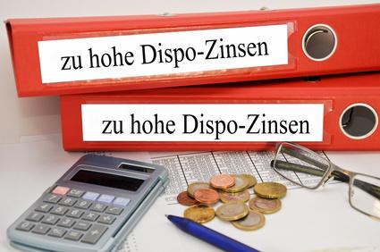 zwei Ordner auf denen steht zu hohe Dispo-Zinsen
