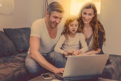familie guckt online filme und sucht am laptop